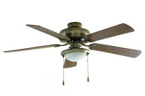 Le nettoyage d'un ventilateur de plafond