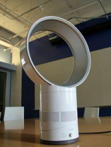 zoom sur le ventilateur de table dyson am06 air maison. Black Bedroom Furniture Sets. Home Design Ideas