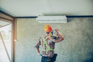 Frigoriste en train d'installer climatisation